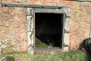 Toegang tot één van de rootkamers van vlasfabriek Sint Andries, Tragel, Koewacht