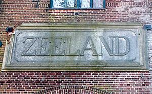 Steen met de naam van de Coöperatieve Beetwortelsuikerfabriek 'Zeeland' in één van de hallen aan de Markiezaatsweg in Bergen op Zoom