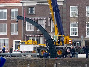 Symbolisch laatste handeling voor de terugplaatsing van de stadskraan van Middelburg, 11.03 uur